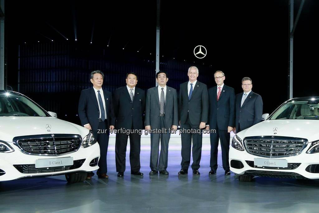 Xu Heyi (2.v.l., Chairman), Hubertus Troska (3. v. r., Vorstandsmitglied Daimler AG, verantwortl. f. Greater China): Daimler feiert zehn Jahre lokale Produktion von Personenwagen in Peking © Daimler AG, © Aussendung (24.08.2015)