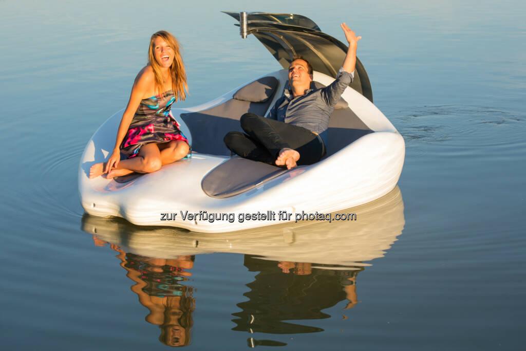 """Badeinsel Chilli Island : Österreichisches Start-up Chilli Island schließt erste Finanzierungsrunde erfolgreich ab : Private österreichische Investorengruppe beteiligt sich mit 200.000 Euro an rot-weiß-roter Innovation : Die Beteiligung von Investoren, die nicht nur Kapital sondern auch technisches Know-how in die """"Chilli Island"""" einfließen lassen, ist ein wichtiger Schritt, um das Produkt ab kommenden Jahr international zu vermarkten. Auf der Bootsmesse 'Interboot' in Friedrichshafen von 19. bis 27. September 2015 wird die """"Chilli Island"""" das erste Mal einem breiten Publikum vorgestellt :  Fotograf: Roland Rudolph/Fotocredit: leisure.at, © Aussender (26.08.2015)"""