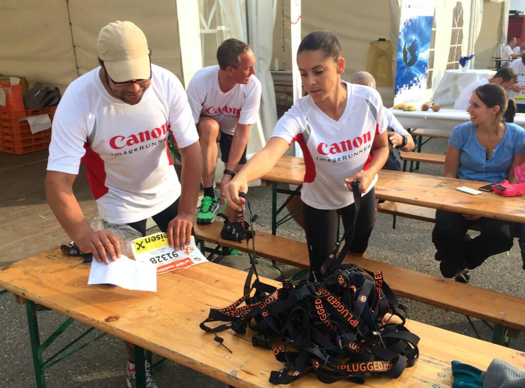 Canon bekommt beim Wien Energie Business Run 2015 Runplugged Gurte (03.09.2015)