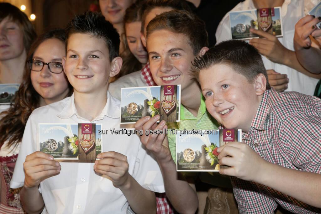 """Tiroler Schüler mit ihrer """"Tirol-Münze"""" : Einladung der Münze Österreich AG zu einem Schulwettbewerb für Kinder bis zur 6. Schulstufe : Wo das Herz zu Hause ist: """"Bring Österreich auf eine Münze"""" : Wettbewerb klärt, was die neue Österreich-Münze zeigen wird : Fotocredit: Die Fotografen, © Aussender (07.09.2015)"""