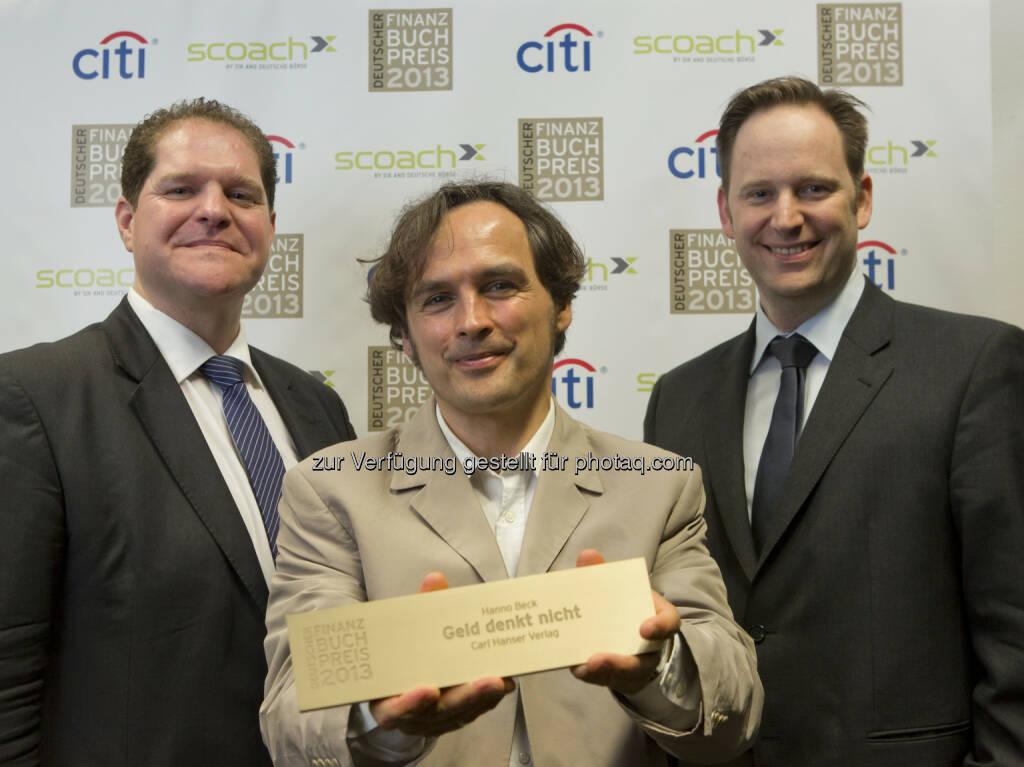 Hanno Beck (mi.) mit Dirk Heß, erhält den Deutschen Finanzbuchpreis 2013 für sein Buch Geld denkt nicht, erschienen im Carl Hanser Verlag  (c) Aussendung (20.03.2013)