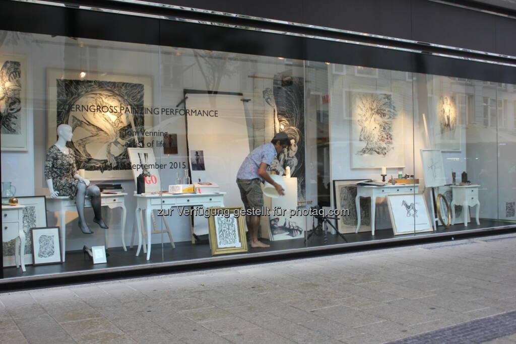 Tom Venning malt, Auslage Gerngross, Mariahilferstraße : Gerngross zeigt im Schaufenster live Malerei-Performance von Tom Venning : Fotocredit: diecheckeria, © Aussendung (14.09.2015)