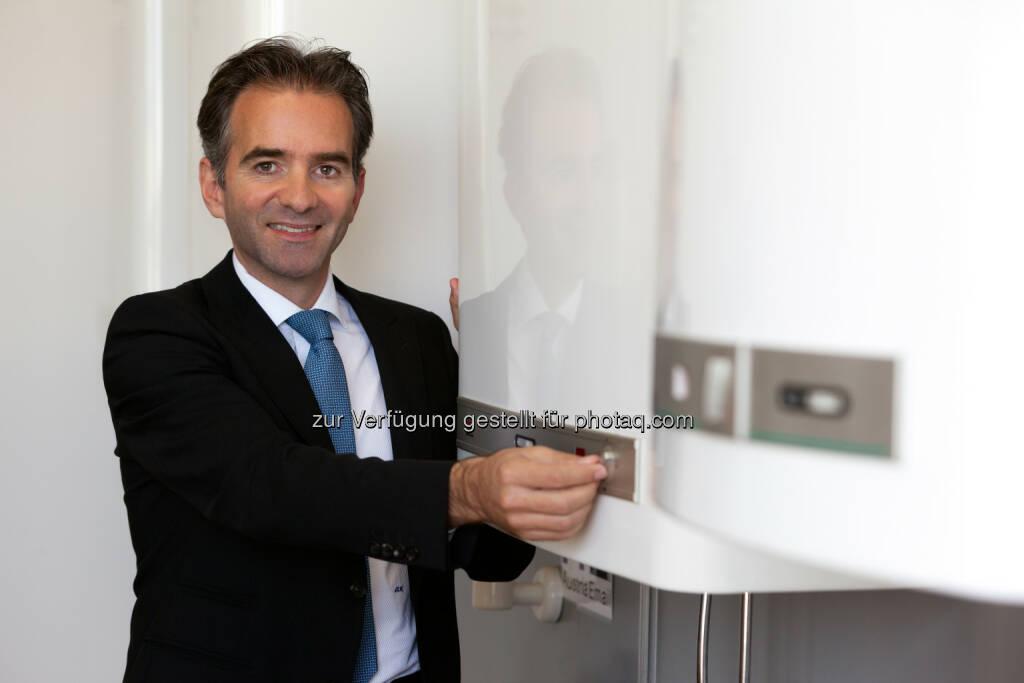 Martin Hagleitner (Vorstand Austria Email) : Neue Energiepickerl ab 26.9. für Warmwasserbereiter und Heizungen können täuschen : Besser Installateure um Rat fragen als sich im Eco Design-Label-Nebel verirren : Martin Hagleitner: Wir hoffen, dass die Konsumenten keine überstürzten Fehlentscheidungen treffen und sich nicht ausschließlich am Eco Design-Label orientieren. Hersteller können sich das Label für ihre Geräte selbst verleihen; es sagt aber nichts über tatsächliche Energieeinsparungen und Kosten im Haushalt aus. : Fotocredit: Austria Email/Citronenrot/Koch, © Aussender (15.09.2015)