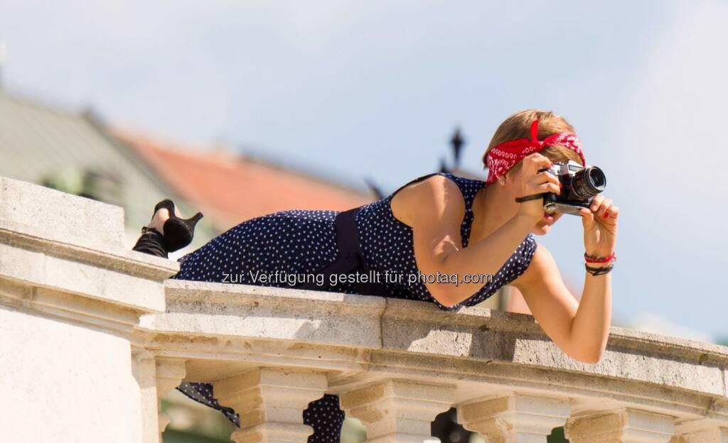 Beim Wiener Fotomarathon zählt Einsatz, Kreativität und Ausdauer : Jagd auf die besten Bilder : In diesem Jahr werden rund 1.500 Teilnehmer aus dem In- und Ausland erwartet und damit gilt der Wiener Fotomarathon als größter Fotomarathon der Welt : Mit Laufen im herkömmlichen Sinn hat ein Fotomarathon nicht viel zu tun. Vielmehr geht es darum, sich im Zuge eines fotografischen Wettbewerbes quer durch Wien zu bewegen und innerhalb von 12 Stunden die vorgegeben Motive in der richtigen Reihenfolge zu fotografieren. Je nach Ausdauer kann man sich für den Marathon mit 24 oder den Halbmarathon mit 12 Themen entscheiden : Fotograf: Günter Hofstädter/Fotocredit: Wiener Fotomarathon, © Aussender (15.09.2015)