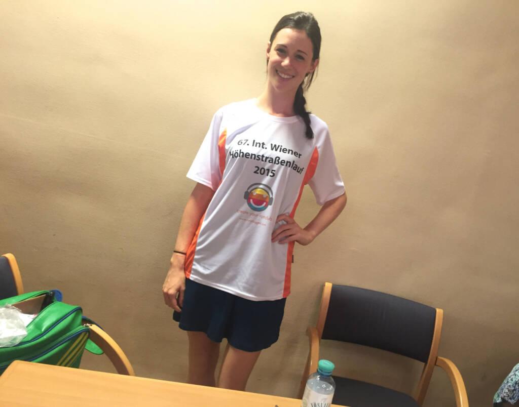 Carina Stepanek im Shirt von http://www.hoehenstrassenlauf.com (18.09.2015)