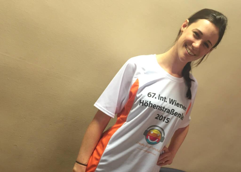 Carina Stepanek im Startershirt von http://www.hoehenstrassenlauf.com (18.09.2015)