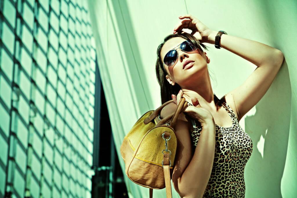Frau, Luxus, Handtasche, reich, Sonnenbrille http://www.shutterstock.com/de/pic-116149894/stock-photo-sexy-woman-in-modern-interior.html, © www.shutterstock.com (21.09.2015)