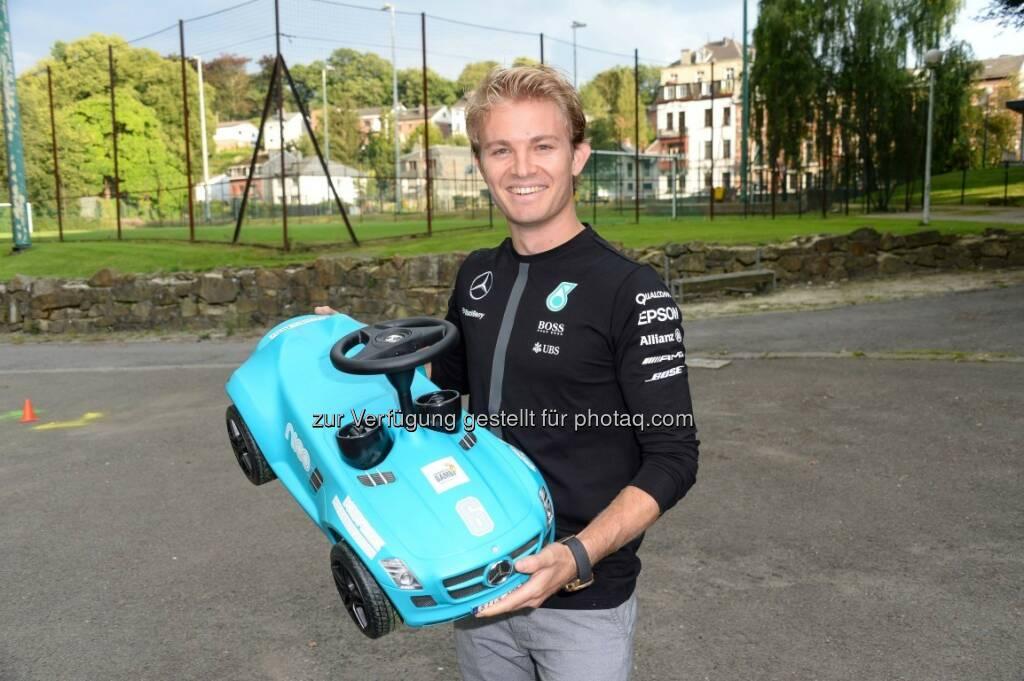 """Nico Rosberg mit """"Bobby Benz"""" : Tribute To Bambi 2015 : Mercedes-Benz zum 15. Mal Presenting Partner des Charity-Ereignisses für Kinder in Not : © Daimler AG, © Aussender (21.09.2015)"""