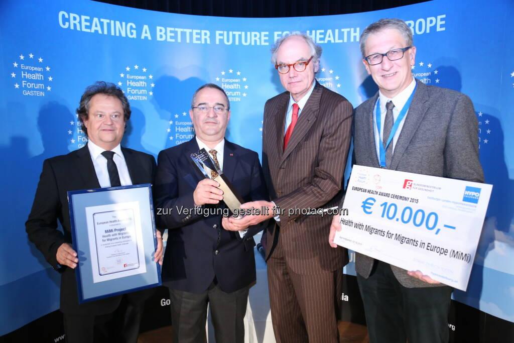 """Ingo Raimon (President, Fopi), Ramazan Salman (GF Ethno-Medizinischen Zentrums /MiMi Projekt, Gewinner EHA 2015), Helmut Brand (Präsident, Internationales Forum Gastein), Peter Brosch (Head of Department, Austrian Federal Ministry of Health) : """"European Health Award"""" 2015 für MiMi-Projekt : Ehrenamtliches Gesundheitsprojekt für Migrantinnen und Migranten beim European Health Forum Gastein (Ehfg) ausgezeichnet : Fotocredit: Credits Ehfg 2015, framez.tv, © Aussendung (02.10.2015)"""