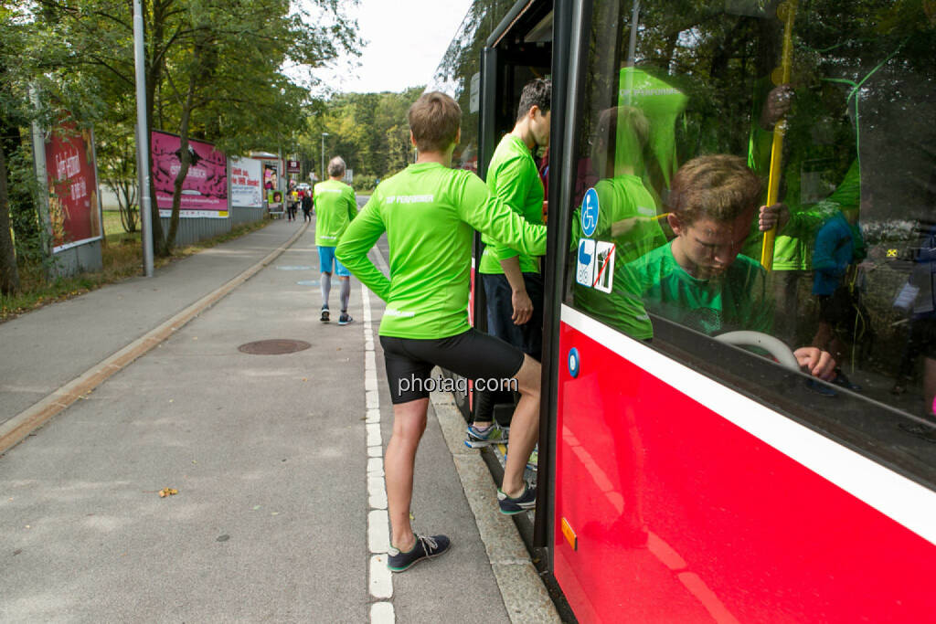 Team wikifolio Runplugged Runners, einsteigen, © Martina Draper/photaq (04.10.2015)