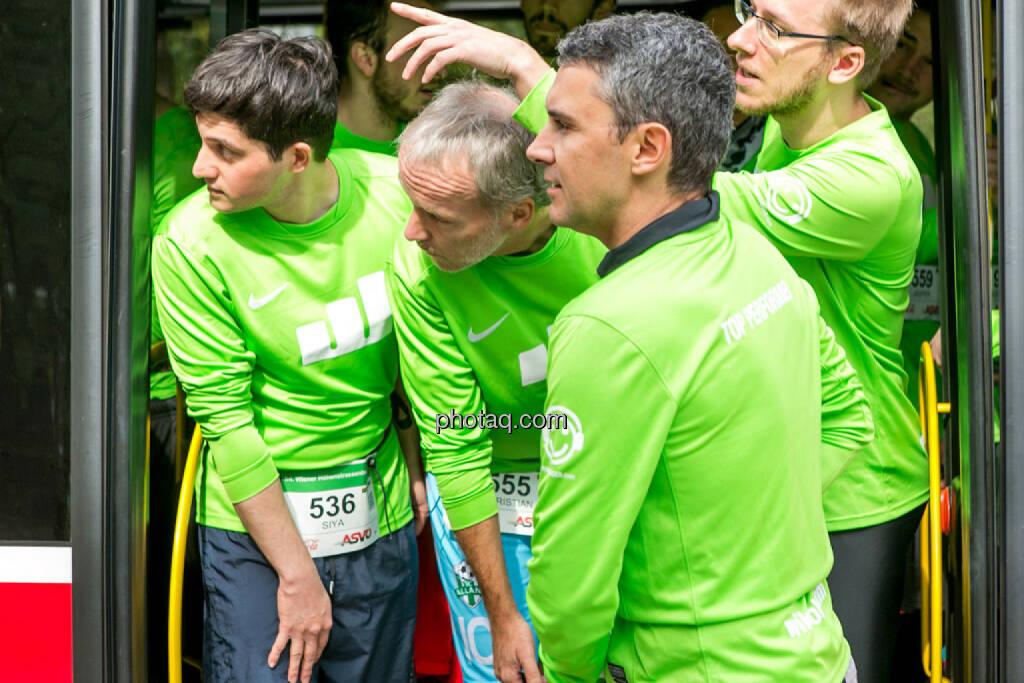 Team wikifolio Runplugged Runners, Stefan Kainz (wikifolio), Christian Drastil, warten, schauen, Ausschau halten, © Martina Draper/photaq (04.10.2015)