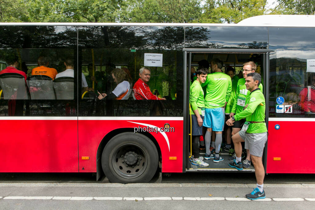 5k Runplugged Runplugged Opening, Bus, warten, © Martina Draper/photaq (04.10.2015)