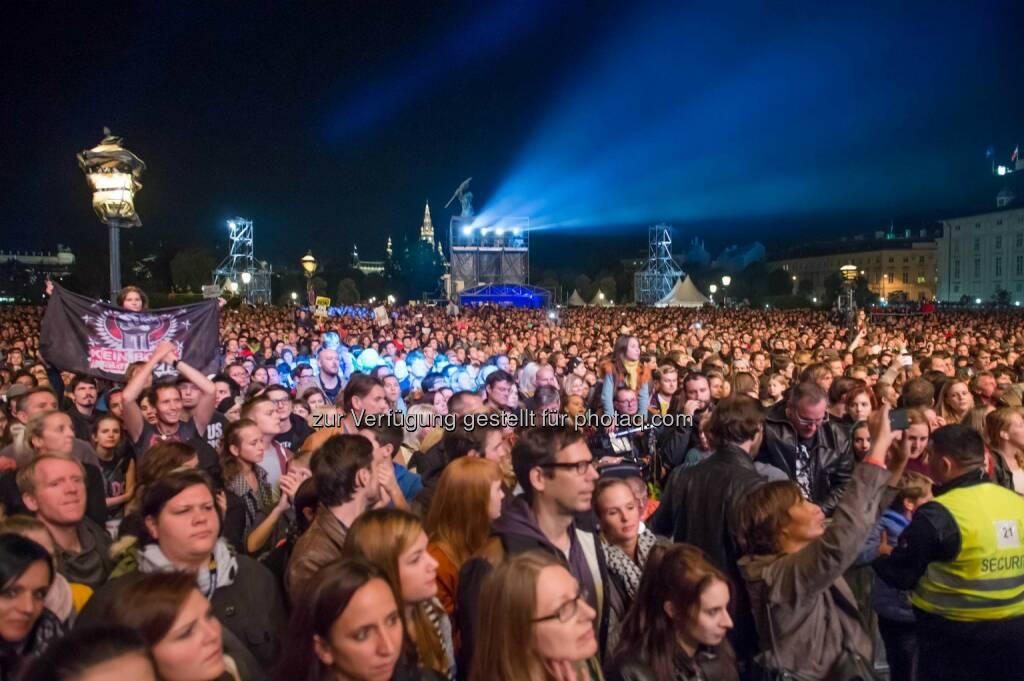 Voices for Refugees am Heldenplatz (C) Puls 4, © Aussender (04.10.2015)