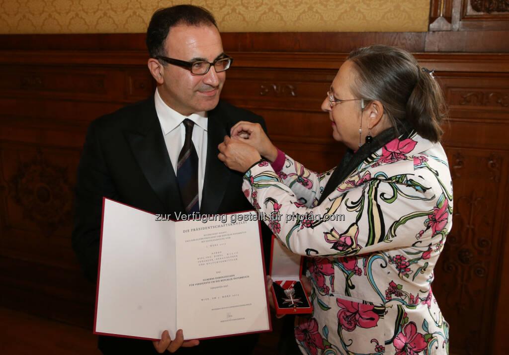 Birol Kilic (Obmann TKG), Hildegard Siess (MR Bundeskanzleramt) : Verleihung des Ehrenzeichens für Verdienste um die Republik Österreich an den Obmann der Türkischen Kulturgemeinde (TKG) Birol Kilic : Fotocredit: ZWIhsan, © Aussendung (08.10.2015)