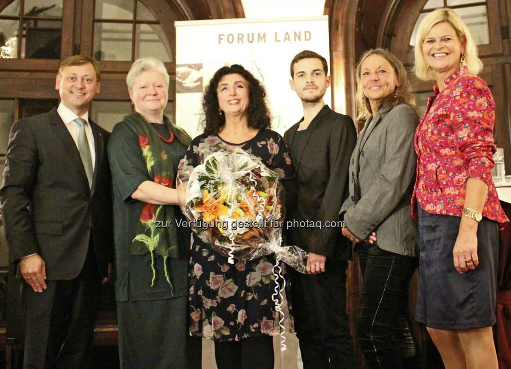 """Johann Höfinger (NAbg.), Rosa Raab (Dir. Hbla Sitzenberg), C.H. Huber (Gewinnerin Kategorie """"Prosa""""), Thomas Kodnar (Gewinner Kategorie """"Junge Autoren""""), Martina Sens (Gewinnerin Kategorie """"Lyrik""""), Klaudia Tanner (Dir. NÖ Bauernbund, Obfrau Forum Land) : Forum Land: Preisverleihung und Buchpräsentation zum Literaturwettbewerb 2015 : Fotocredit: BZ/Eva Riegler, © Aussendung (12.10.2015)"""