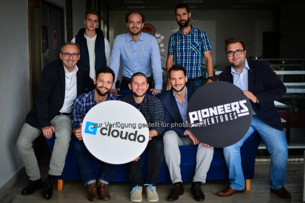 Klaus Matzka (Geschäftsführer Pioneers Ventures), Ondrej Prostredník (Gründer und CEO Cloudo), Juraj Pelikan (Gründer und CTO Cloudo), Philipp Stangl (Investment Manager Pioneers Ventures), Markus Lang (Investment Manager Pioneers Ventures) - alle vord. Reihe : Das Team des slowakischen Startup Cloudo trifft auf das Team von Pioneers Ventures im Büro von Cloudo : Neuer Österreichischer Startup Fonds startet mit erstem Investment : Pioneers Ventures investiert in Slowakisches Produktivitäts-Startup Cloudo : Fotocredit: Pioneers/Matiova, © Aussendung (20.10.2015)