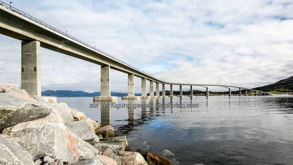 Porr: Heute wurde das erste norwegische Brückenprojekt der Porr – die Tresfjord-Brücke am Norwegischen See – offiziell eröffnet. (C) Porr AG, © Aussendung (24.10.2015)