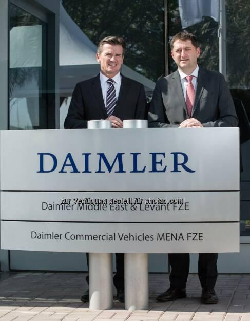 Wolfgang Bernhard (im Vorstand der Daimler AG verantwortlich für Daimler Trucks & Buses), Roland Schneider (President & CEO von Daimler Commercial Vehicles Mena) : Daimler eröffnet in Dubai erstes Regional Center für Nutzfahrzeuge : Fotocredit: Daimler AG, © Aussendung (29.10.2015)
