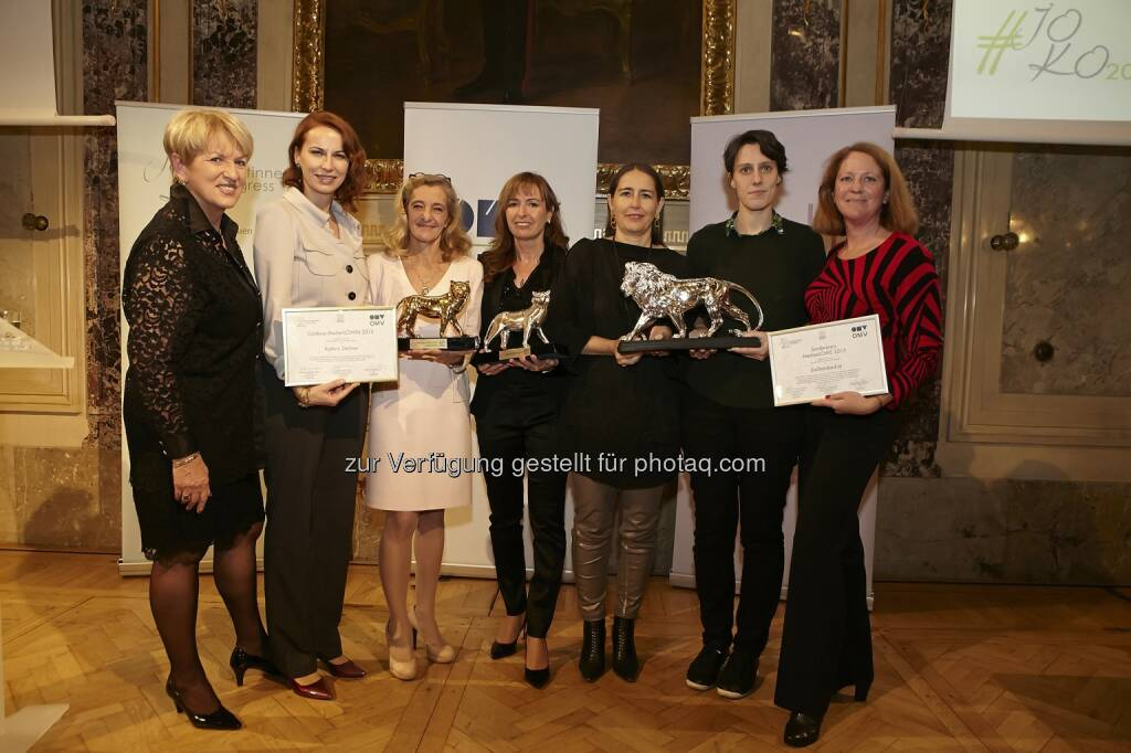 """Maria Rauch-Kallat (Initiatorin des Journalistinnenkongresses), Michaela Huber (Senior Vice President OMV), Kathrin Zechner (Gewinnerin Medienlöwin in Gold), Karin Zauner (Gewinnerin Medienlöwin in Silber), Alexandra Föderl-Schmid, Beate Hausbichler, Tanja Paar (alle Gewinnerinnen Sonderpreis) : Auszeichnung für """"Die dreisteste Steuerlüge"""", Gold für Kathrin Zechner, die Medienlöwin in Silber bekam Karin Zauner und ein Löwe für dieStandard.at : Fotocredit: Journalistinnenkongress/APA-Fotoservice/Roßboth, © Aussendung (03.11.2015)"""