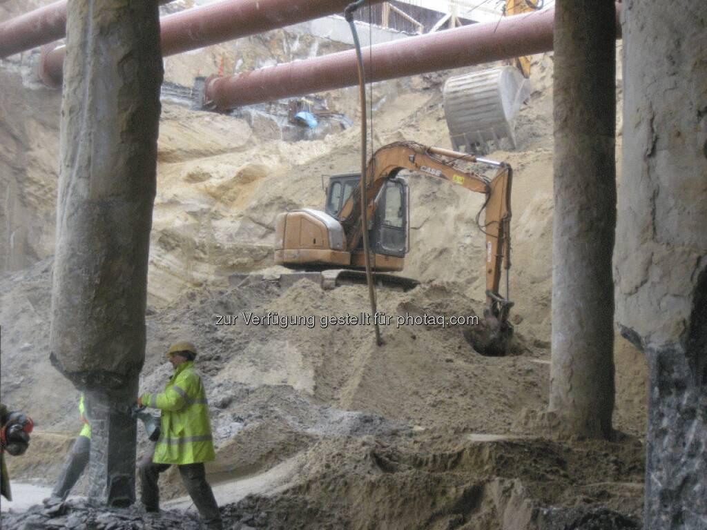 Die Erdaushubarbeiten für den Kellerkasten sind weitestgehend abgeschlossen und zwei Turmkrane mit einer Auslegerlänge von jeweils 50 m sind aufgestellt - Immofinanz, © Immofinanz (26.03.2013)