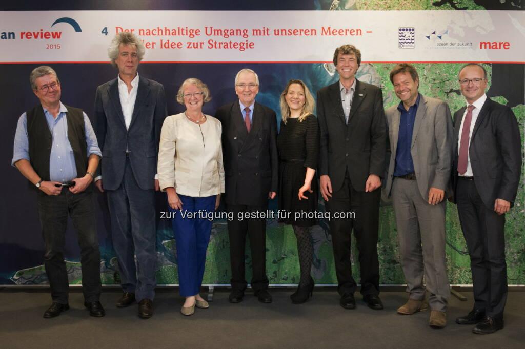 Konrad Ott (Umweltethiker), Nikolaus Gelpke (mare-Verleger), Gesine Meißner (EU-Politikerin), Klaus Töpfer (CDU, ehem. Exekutivdirektor des Umweltprogramms der Vereinten Nationen), Antje Boetius (Meeresbiologin), Martin Visbeck (Ozeanograph und Sprecher des Kieler Exzellenzclusters »Ozean der Zukunft«), Robert Habeck (Umweltminister Schleswig-Holstein), Karsten Schwanke (Moderator) : Launch des neuen World Ocean Review 4 : Die vierte Ausgabe des »World Ocean Review - Der nachhaltige Umgang mit unseren Meeren - von der Idee zur Strategie« wurde gestern Abend in der Landesvertretung Schleswig-Holstein in Berlin im Rahmen einer Abendveranstaltung mit Gästen aus Politik, Wirtschaft, Wissenschaft, Medien und Bildung vorgestellt : Fotocredit: obs/maribus gGmbH/Jan Windszus, © Aussender (11.11.2015)