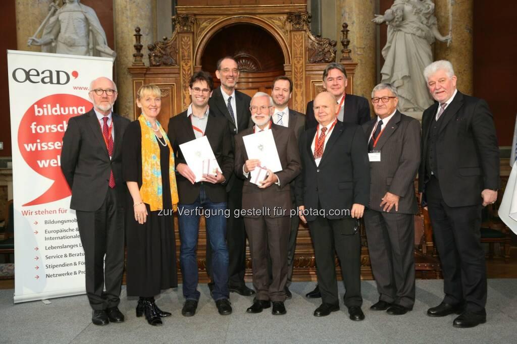 """Anton Mair (bmeia), Barbara Weitgruber (bmwfw), Robert Hafner (Uni Innsbruck), Heinz Faßmann (Uni Wien), Georg Grünberg (Uni Wien), Stefan Zotti (OeAD-GmbH), Gerhard Glatzel (Kommission Interdisziplinäre Ökologische Studien, ÖAW), Andreas Obrecht (OeAD-GmbH), Erich Thöni (Vors. des Kuratoriums Kommission Entwicklungsforschung), Hubert Dürrstein (GF OeAD-GmbH) : BM Reinhold Mitterlehner : """"Österreichs Forscher leisten wertvollen Beitrag zur Entwicklungszusammenarbeit"""" : Bmwfw und OeAD verleihen Preise für Entwicklungsforschung an Georg Grünberg und Robert Hafner : Fotocredit: OeAD-GmbH/APA-Fotoservice/Schedl, © Aussendung (23.11.2015)"""