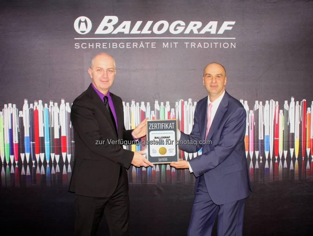 Thomas Megeth (GF Ballograf Austria - Cupa GmbH), Jürgen Molner (Country Brand Manager Superbrands Austria) : Ballograf ist Superbrand Austria : Auszeichnung für traditionsreiche Schreibwarenmarke : Fotocredit: Cupa, © Aussendung (07.12.2015)