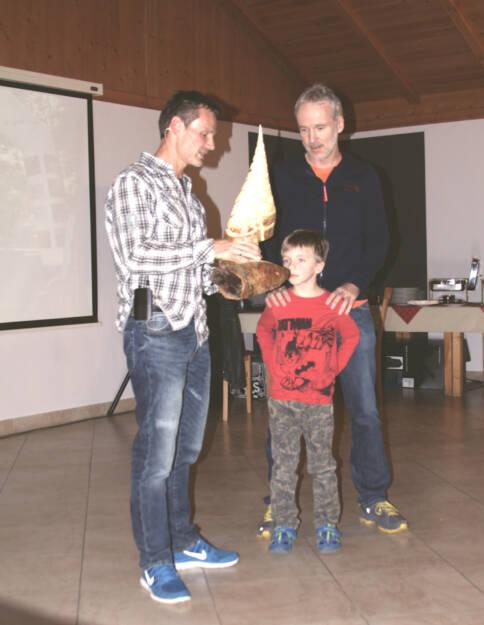 Andreas Schweighofer überreicht Christian Drastil und Sohn Maxim den Preis (08.12.2015)