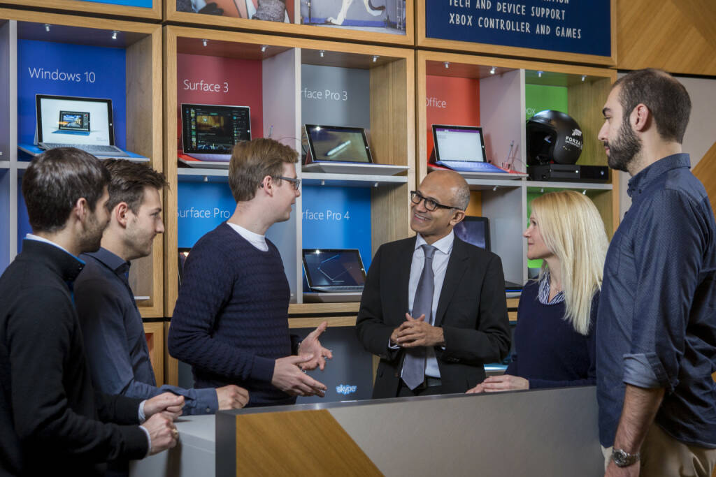 Microsoft CEO Satya Nadella (mi.) mit u.a. Larissa Lielacher © Microsoft, © Aussender (14.12.2015)