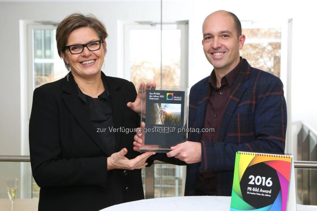 """APA-OTS-Geschäftsführerin Karin Thiller, Thomas Gruber: APA - Austria Presse Agentur: PR-Bild-Award 2015: """"PR-Bild des Jahres"""" für Österreich geht an Thomas Gruber, © APA-Fotoservice/Schedl , © Aussendung (15.12.2015)"""