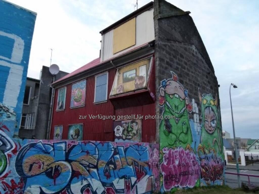Tim Schäfer: Das Haus auf dem Foto habe ich heute in Reykjavík, in der Hauptstadt Islands, entdeckt. Dort tobte eine Immobilienkrise mitsamt einem Finanzchaos. Das Haus kam mir wie ein Sinnbild für die Immobilienblase vor, siehe http://www.christian-drastil.com/2013/04/03/ein-sinnbild-fur-die-immobilienblase-tim-schaefer/ (03.04.2013)