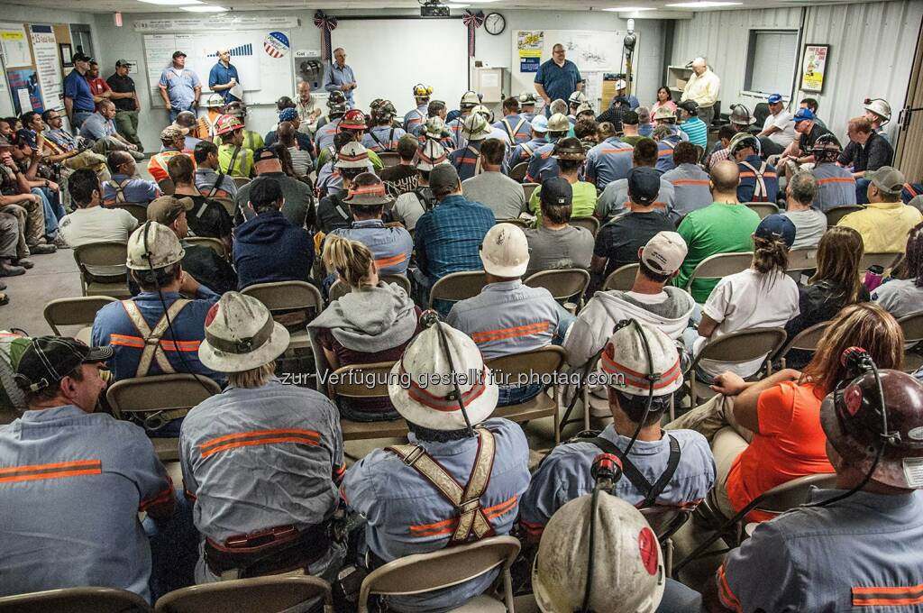 Barrick Gold: Pre-shift lineout meetings get everyone together for safety briefings and other updates. This crew includes miners, mechanics, truck drivers, assayers, surveyors, engineers, geologists, superintendents and environmental staff — all with critical roles making sure every person goes home safe and healthy every day. (Photo by Ed Tester)  Source: http://facebook.com/barrick.gold.corporation, © Aussender (03.02.2016)