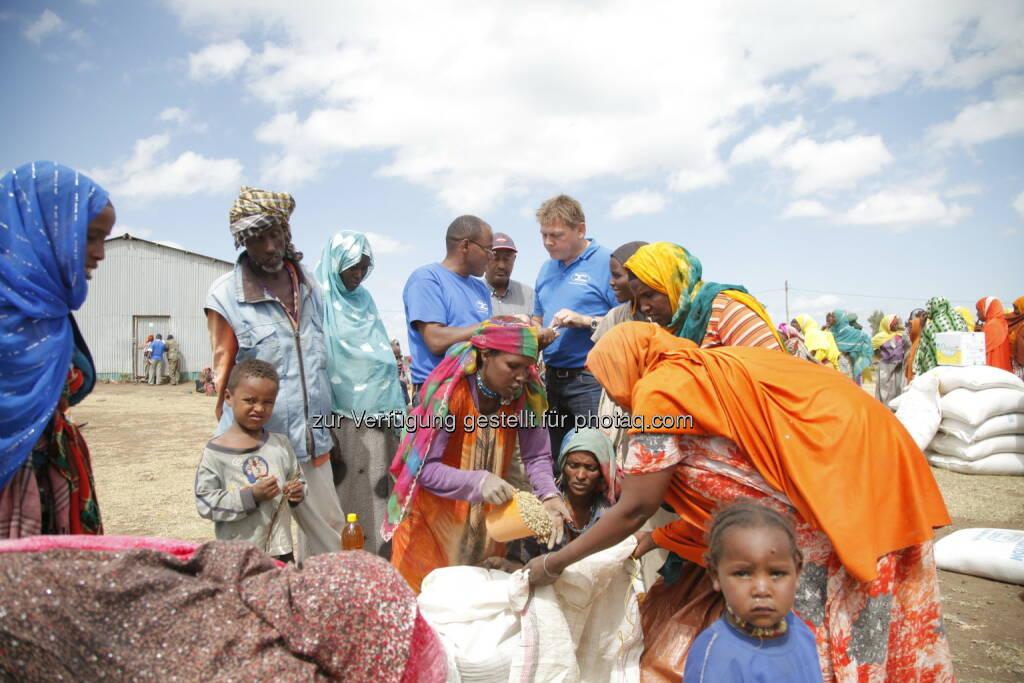 Rupert Weber (geschäftsführender Vorstand Menschen für Menschen Österreich), Frauen, Männer und Kinder in der Region Agarfa in Äthiopien : Dürre in Äthiopien: Menschen für Menschen leistet Hilfe in Höhe von 1,55 Millionen Euro : Fotocredit: Menschen für Menschen, © Aussender (09.02.2016)