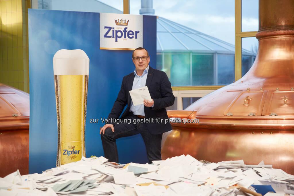 Harald Raidl (Braumeister) : Zipfer Gewinnspiel : Fünf Hopfendolden aus Gold verlost : Fotocredit: Zopf Photography / Brau Union Österreich, © Aussendung (15.02.2016)