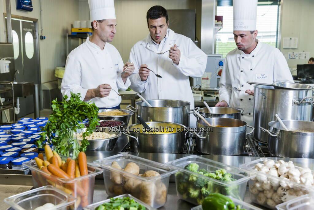 Herbert Fuchs (Gourmet-Geschäftsführer) mit Entwicklungsköchen : Gourmet-Gästebefragung: Gesundes Essen im Büro immer wichtiger : Fotocredit: Gourmet/Ilgner, © Aussender (15.02.2016)