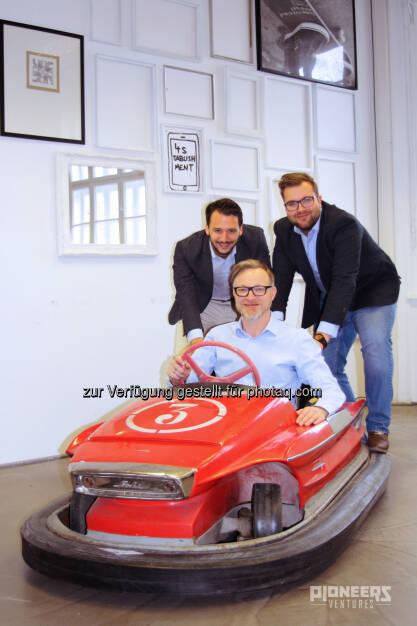 Philipp Stangl (Pioneers Ventures), Christian Adelsberger (CEO Parkbob), Markus Lang (Pioneers Ventures) : Pioneers Ventures investiert in Smart-Parking-Startup Parkbob : Das Wiener Startup löst die Schwierigkeiten bei der Parkplatzsuche - für Menschen und in Zukunft auch für selbstfahrende Autos : Fotocredit: Pioneers/Napier, © Aussendung (18.02.2016)