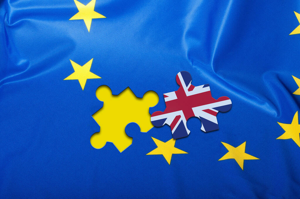 Brexit, EU Flagge, Union Jack, UK http://www.shutterstock.com/de/pic-338831222/stock-photo-brexit-detail-of-silky-flag-of-blue-european-union-eu-flag-drapery-with-puzzle-piece-with-great.html, © www.shutterstock.com (24.02.2016)