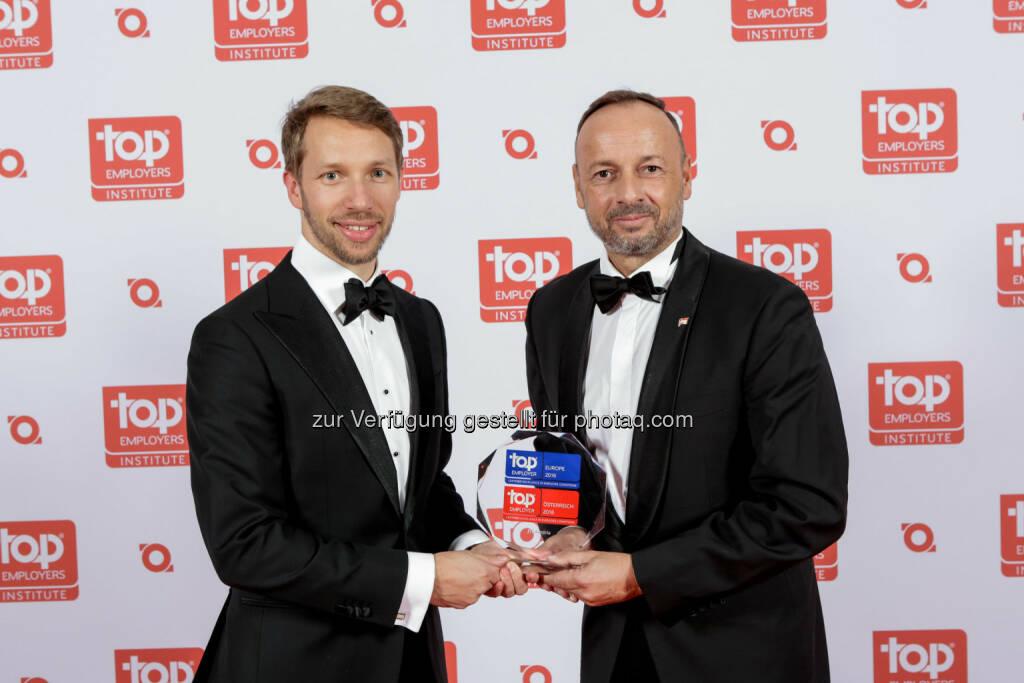 Ralf-Wolfgang Lothert (CA&C Director, rechts) : JTI Austria 2016 zum dritten Mal in Folge als Top Arbeitgeber zertifiziert : Fotocredit: JTI/Burba, © Aussendung (26.02.2016)