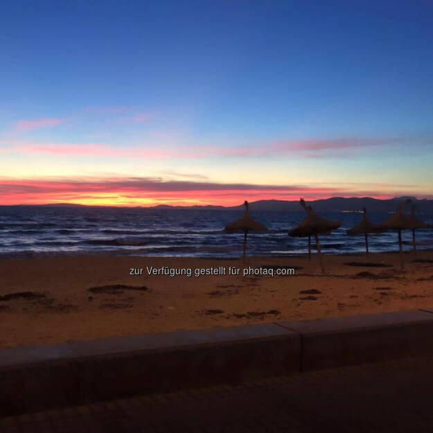 Sonnenaufgang, Strand, Meer, Schirm, Ruhe, © Florian Neuschwander (02.03.2016)
