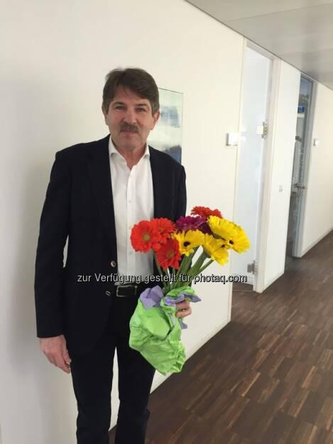 S Immo Vorstand Ernst Vejdovszky verteilt Blumen zum #Weltfrauentag http://twitter.com/simmoag/status/707130434602274816/photo/1  Source: http://facebook.com/simmoag, © Aussender (08.03.2016)