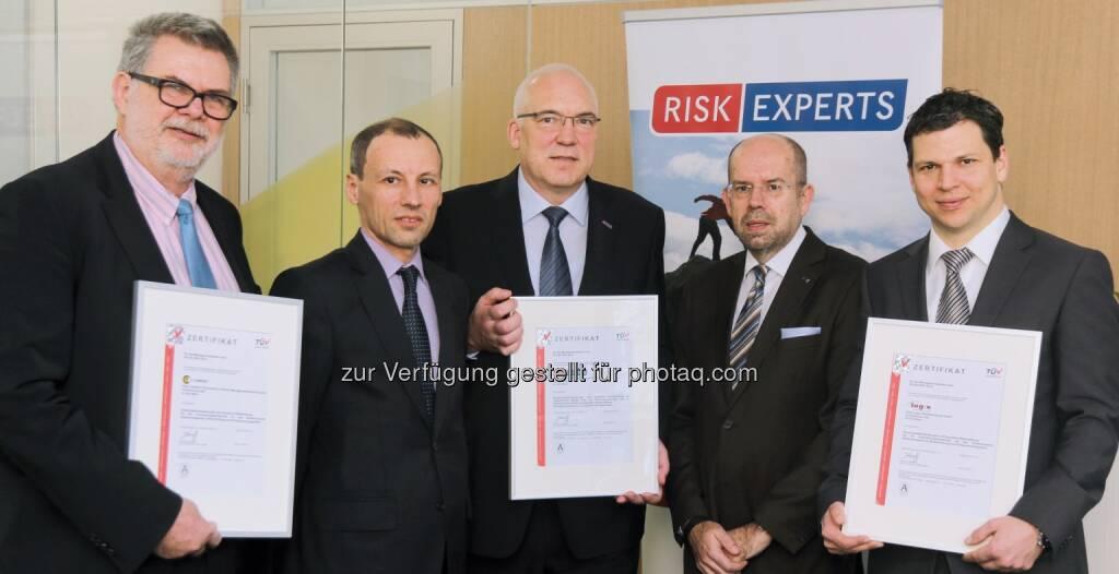 Gerhart Ebner (GF Risk Experts), Stefan Wallner (GF TÜV Austria),  Michael Buser (GF Risk Experts), Gerhard Eichinger (Auditor), Gerald Netal (Risk Experts) : TÜV Austria zertifizierte Qualitätsmanagement von Risk Experts nach neuer ISO 9001 : Fotocredit: Weinkirn, © Aussendung (08.03.2016)