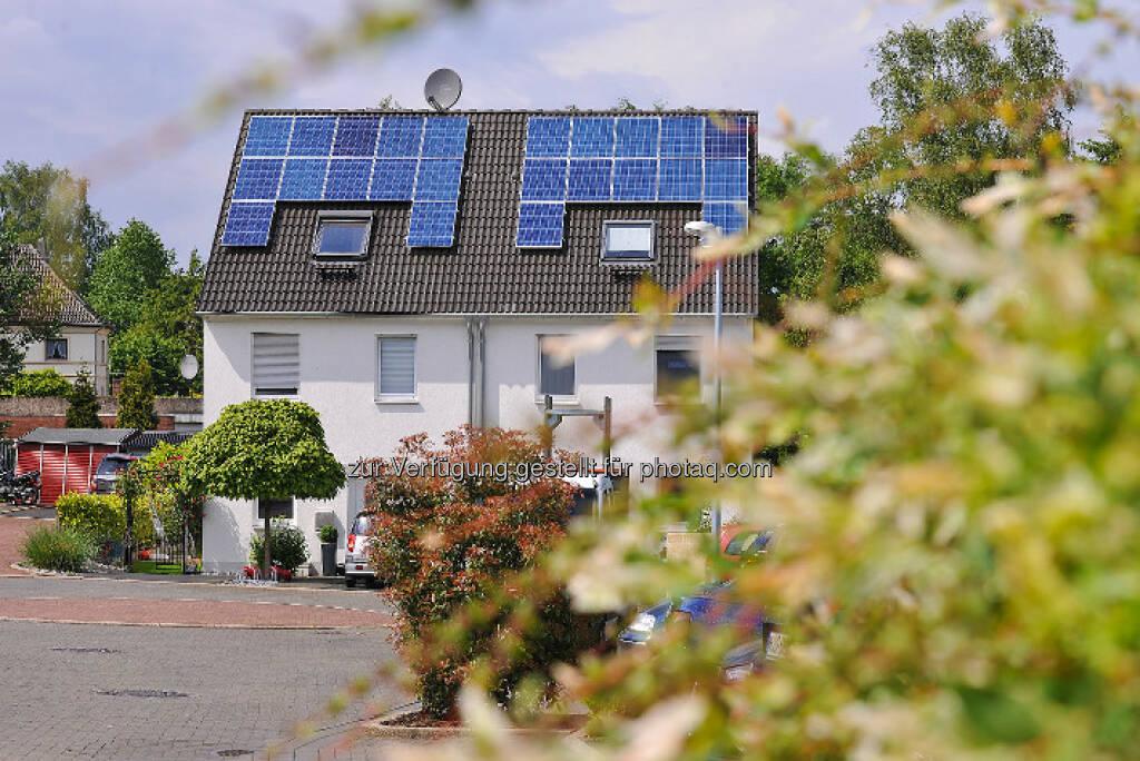 Strom vom eigenen Dach : Die Zukunftsformel: Photovoltaik + Speicher + RWE SmartHome = intelligentes Energiemanagement : Über RWE-Ladebox kommt die Sonne auf die Straße : © RWE Effizienz, © Aussendung (16.03.2016)