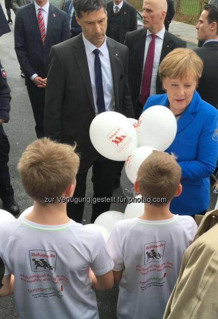 Angela Merkel : Cebit-Rundgang: Kanzlerin Merkel kriegt Luftballons geschenkt mit dem Logo der Flüchtlingsapp iRefugee.de und der Gesundheitsapp tomatomedical : Fotocredit: obs/tomatomedical international UG (haftungsbeschränkt)/Lemberger (17.03.2016)