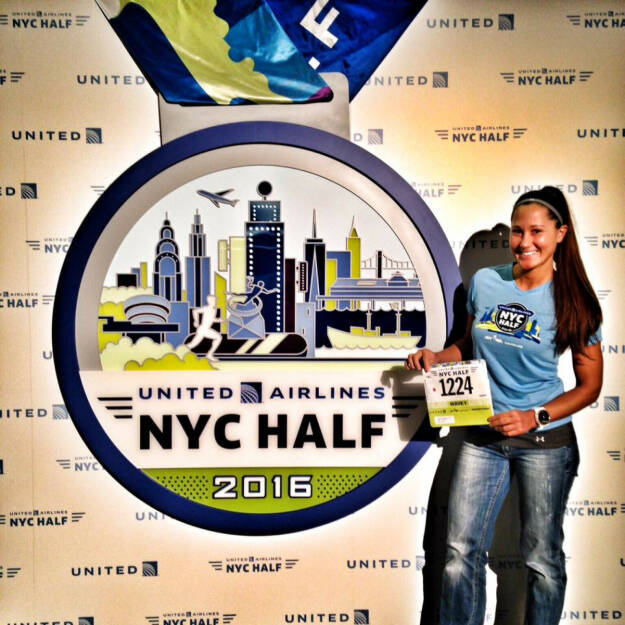 Monika Kalbacher mit ihrer Startnummer für den NYC Halbmarathon (19.03.2016)
