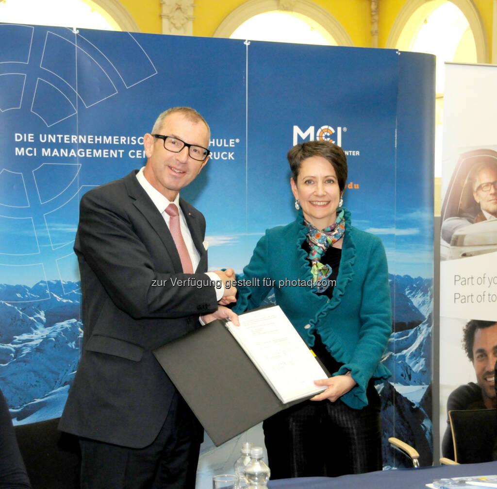 Andreas Altmann (Rektor MCI), Sabine Herlitschka (Vorstandsvorsitzende Infineon Austria AG) : Gemeinsames Forschungslabor von Infineon und Management Center Innsbruck : Innovationsprojekt für Multicopter bereits marktreif : Fotocredit: MCI, © Aussendung (24.03.2016)