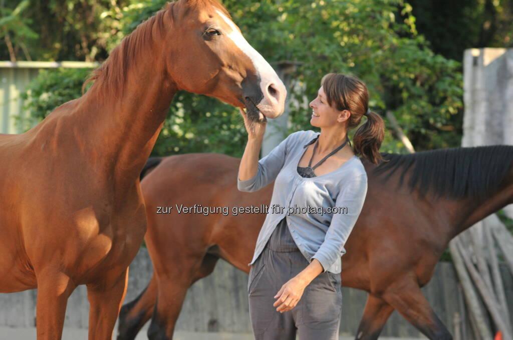 Eveline Consolati (Dipl. Lebens- und Sozialberaterin und Kommunikationsexpertin) : Pferdegestütztes Führungskräftecoaching in der Freudenau : Seit über 27 Jahren arbeitet sie mit Pferden, seit 2013 nach dem Horse-Dream Konzept, welches zum Pionier der pferdegestützten Aus- und Weiterbildung, mit den Schwerpunkten Führungstraining und Teamentwicklung wurde : Fotocredit: Eveline Consolati, © Aussender (30.03.2016)