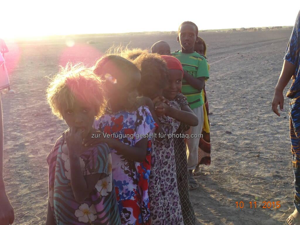 Kinder bei der Lebensmittelverteilung : In Äthiopien herrscht die schlimmste Dürre seit mehr als 30 Jahren, zehn Millionen Menschen hungern : Die Kindernothilfe stellt 800.000 Euro für Soforthilfe zur Verfügung : Fotocredit: Kindernothilfepartner, © Aussender (30.03.2016)