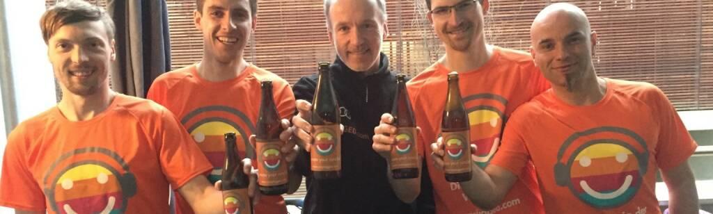 Hannes Rainer, Bernd Weberhofer, Christian Drastil, Andreas Rois und Christian Mayerhofer mit dem 1-Day-Runplugged-Bier von Andreas Rois (10.04.2016)