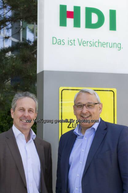 """Thomas Lackner (Vorstand HDI Versicherung), Hugo Martinshausen (stellv.Abteilungsleiter HDI-Leistungsabteilung) : """"HDI/Öamtc Live"""": Meilenstein bei Kfz-Schadenbegutachtung in Österreich : HDI und Öamtc-Sachverständigenservice bringen Mobile-APP auf den Markt : Fotocredit: HDI Versicherung, © Aussendung (21.04.2016)"""