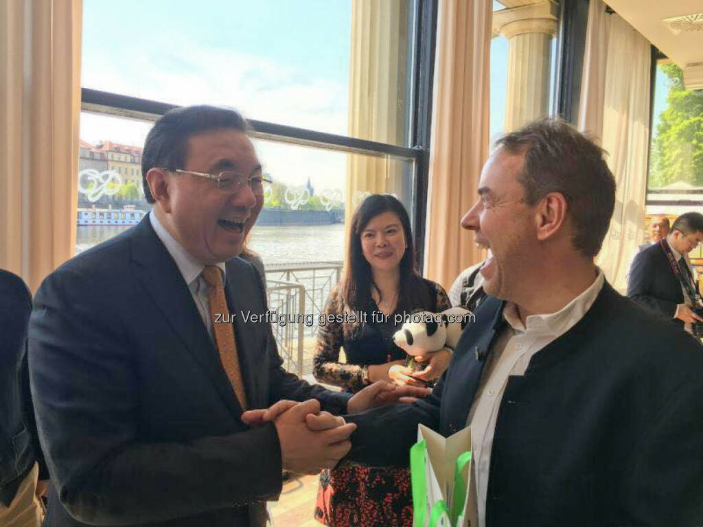 Xu Jin (Gouverneur und Staatssekretät der Provinz Sichuan), Siegmund Kahlbacher (CEO der K.Y.A.T.T. Gruppe) : Sichuan Tourism Group unterzeichnet in Prag Vertrag mit der K.Y.A.T.T. Gruppe : Fotocredit: K.Y.A.T.T., © Aussendung (04.05.2016)
